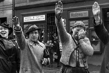 Немецкие жители чехословацкого города Хеба приветствует германские войска. Октябрь 1938 г.