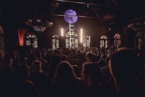 Полиция пришла в клуб Басты за наркотиками и преуспела