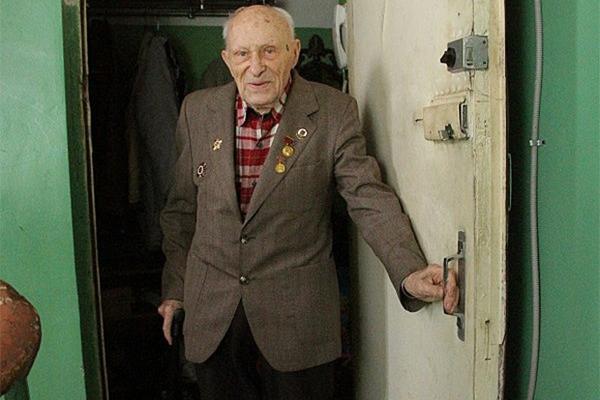 Ветерану пообещали «засунуть паяльник в одно место» за долги ЖКХ