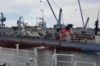 В Приморье кран упал на док, сломал его пополам и попал на видео
