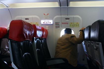 Перегревшийся авиапассажир вознамерился проветрить самолет в полете