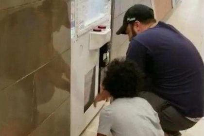 Отец посадил ребенка в игровой автомат и выудил призы