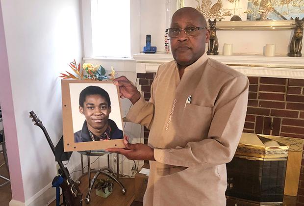 Диа Хафра с портретом погибшего сына