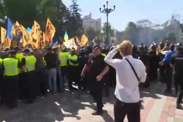 Верховную Раду забросали дымовыми шашками во время выступления Порошенко
