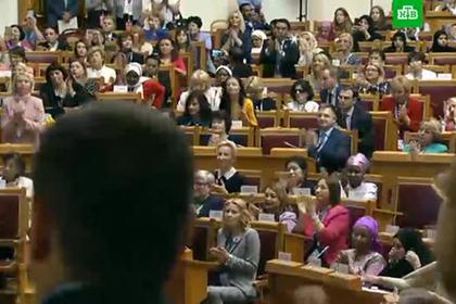 Путина окружили женщины