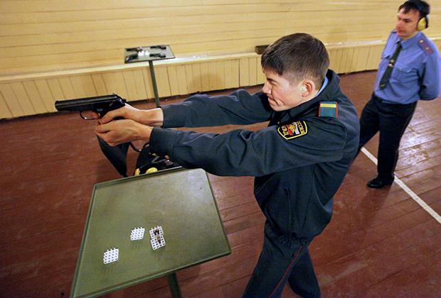 Сотрудник полиции стреляет из пистолета Макарова