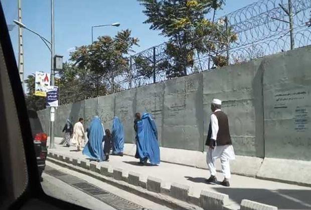 Высокие бетонные заборы, колючая проволока и женщины в голубых бурках — три главных признака того, что вы в Кабуле
