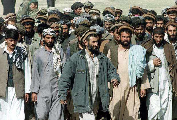 Афганцы-ополченцы в шальвар-камиз во время парада в Кундузе