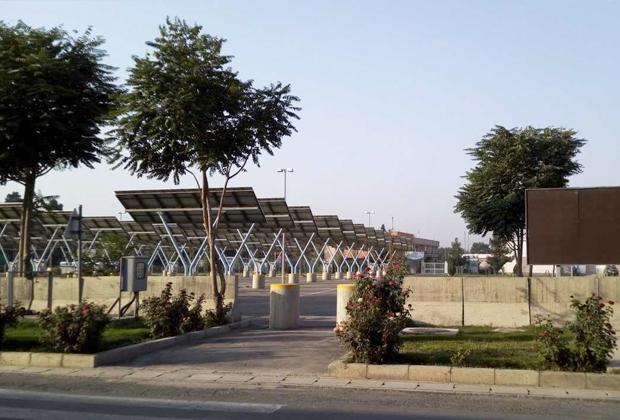 Перед терминалом прилета Кабульского аэропорта раскинулась огромная автомобильная парковка, но она пустует — пускать туда машины не положено
