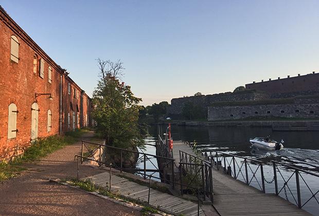 Склады и стены старинной крепости Свеаборг-Суоменлинна