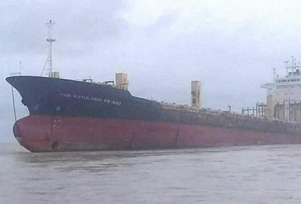 <p>В начале сентября рыбаки заметили у берегов Мьянмы огромное ржавое судно — 177-метровый контейнеровоз «Сэм Ратуланги». Он дрейфовал по океану без команды. Судно отбуксировали к берегу, где его осмотрела полиция. Внутри было пусто — ни груза, ни людей. Последняя запись о его местоположении была сделана в 2009 году недалеко от Тайваня.   <p>Ключом к разгадке стала пара тросов на носу контейнеровоза. Они могли свидетельствовать о том, что контейнеровоз буксировало другое судно. Вскоре нашлось и оно — это был индонезийский корабль «Индепенденс», шедший в 80 километрах от Янгона. Моряки рассказали, что тащили «Ратуланги» на слом в Бангладеш, но разразился шторм. Тросы лопнули, и контейнеровоз ушел в свободное плавание.
