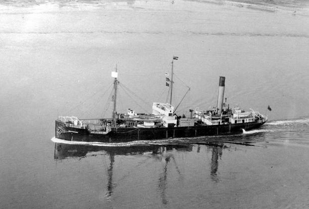 <p>Пароход «Бэйчимо» 17 лет исправно возил на Аляску провизию для инуитов, а обратно шел с грузом пушнины, которую добыли охотники. В 1931 году судно попало в беду: его зажали паковые льды недалеко от северного городка Барроу. Команда успела покинуть судно, затем начался сильный буран, а когда снегопад утих, от «Бэйчимо» не осталось и следа.   <p>Капитан решил, что судно ушло на дно, но он ошибался. Через несколько дней местный охотник на тюленей заметил «Бэйчимо» в 72 километрах от первоначального места. С тех пор пароход дрейфовал в Чукотском море, изредка попадаясь на глаза людям. Инуиты говорят, что в последний раз видели его в 1969 году.