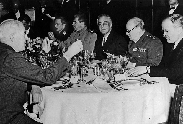 Иосиф Сталин, Франклин Д. Рузвельт и Уинстон Черчилль ужинают за одним столом во время Ялтинской конференции.