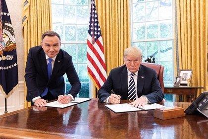 Унизительную позу главы Польши на фотографии с Трампом сочли оскорблением нации