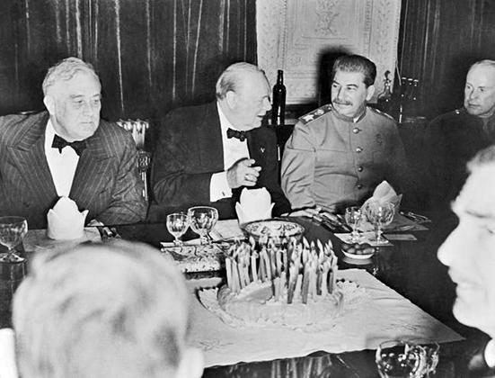 30 ноября 1943 года Черчилль отпраздновал свой 69-й день рождения прямо на Тегеранской конференции со Сталиным и Франклином Делано Рузвельтом.