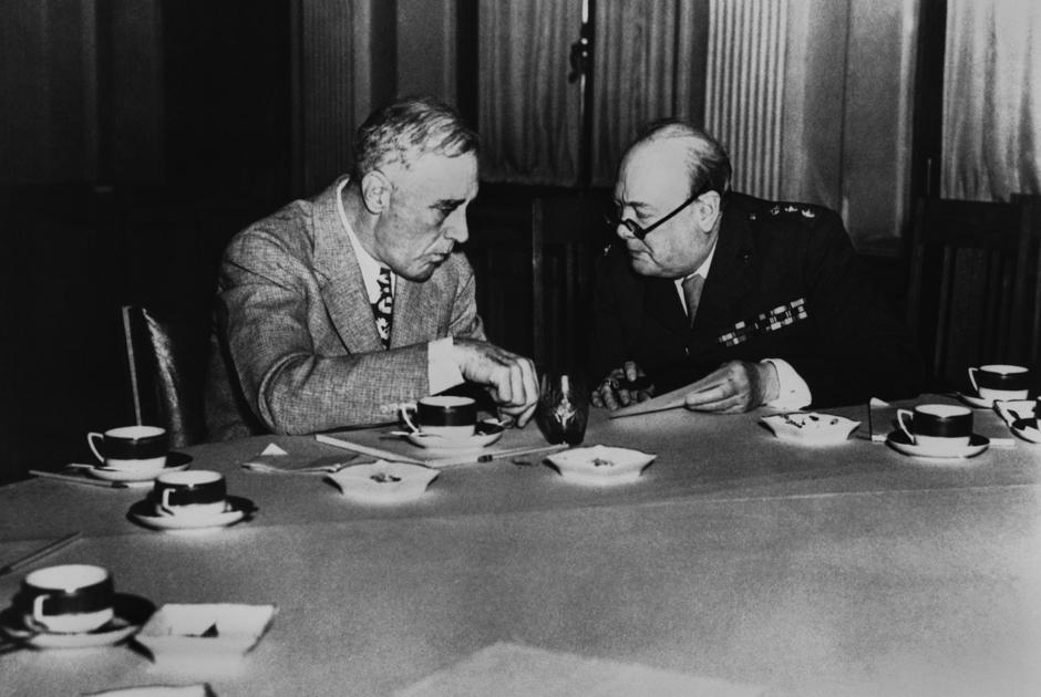 Черчилль и Рузвельт обсуждают будущее мира за чаем. Ялтинская конференция, февраль 1945 год.