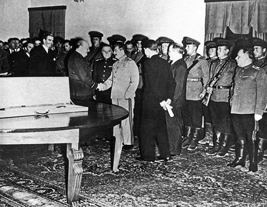 Рукопожатие Черчилля и Сталина сразу после того, как британский премьер вручил генералиссимусу Меч Сталинграда.