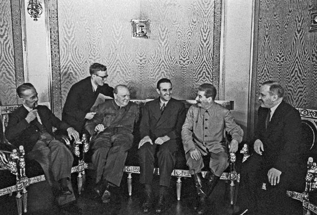 Вторая Московская конференция прошла в августе 1942 года. На ней обсуждали возможное открытие Второго фронта. На снимке Сталин и нарком иностранных дел Молотов дискутируют с британским премьером Уинстоном Черчиллем и представителем президента США по вопросам ленд-лиза Уильямом Авереллом Гарриманом.