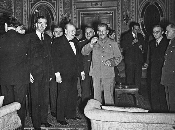 Сталин произносит тост в честь Черчилля на праздновании дня рождения британского премьера во время Тегеранской конференции.