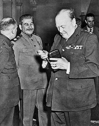 Черчилль и Сталин на Ялтинской конференции.