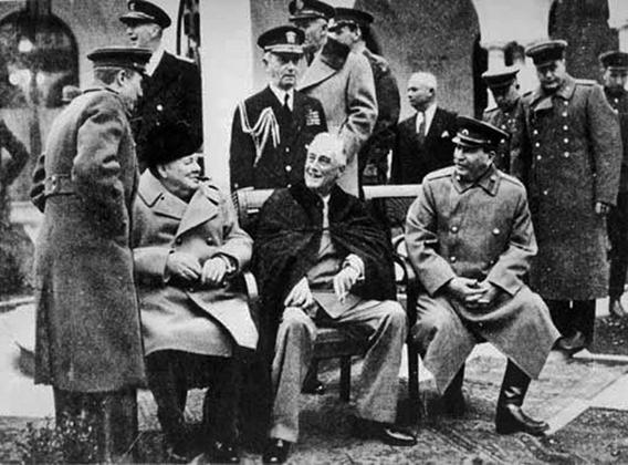 Лидеры трех держав-победительниц готовятся позировать для совместной фотографии, ставшей культовой.