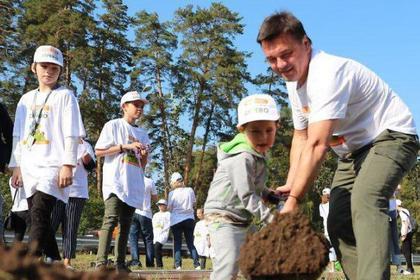 Губернатор Подмосковья вместе с сыном посадил дерево