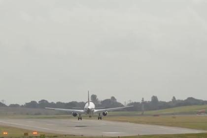 Самолет снесло ветром с посадочной полосы