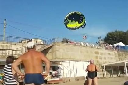 Туристов в Краснодарском крае ударило током во время полета с парашютом