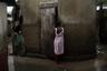 В городских трущобах на Гаити большинство людей вынуждены испражняться в узких переулках между домами. Стихийные бедствия и холера делают свое дело: болезни распространяются с удивительной скоростью. Но правительство не готово тратить средства на систему центральной канализации.  <br> <br>  Фотосерия об антисанитарии создана для журнала National Geographic. От заболеваний, вызванных антисанитарными условиями и загрязненной водой, умирают 1,4 миллиона детей в год. Это больше, чем число погибших от кори, малярии и СПИДа вместе взятых.  <br> <br>  В 2015 году ООН призвала положить конец так называемой открытой дефекации. Это, как считают специалисты, поможет покончить с бедностью, голодом и невежеством: дети и подростки должны перестать пропускать школьные уроки из-за болезни или менструации. Некоторые страны борются с этой проблемой веками. «Санитария важнее независимости», — говорил Махатма Ганди.