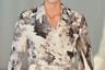 Один из луков на показе Ан Вандерворст и Филип Арикс сделали нарочито простоватым, в стиле «оделась и пошла». Внимание привлекает странный макияж модели, напоминающий модный в последнее время дефект кожи — витилиго.