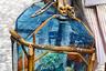 Пожалуй, самая странная сумка Недели моды: по силуэту — классический саквояж, каркас из бамбука, стенки из прозрачного пластика, а внутри — то ли аквариум, то ли клумба с суккулентами.