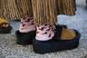 В Милане в сентябре еще жарко, поэтому лучший способ попасть в объектив стрит-фотографа — надеть нечто вроде обрезанных экскимосских унтов мехом наружу и цветные носочки.