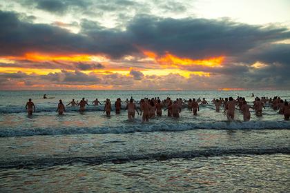 Сотни голых британцев прыгнули в Северное море
