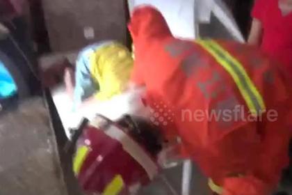 Ребенок застрял головой в массажном столе и пережил освобождение с электропилой