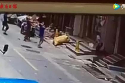Прохожие переломали руки ради спасения выпавшего из окна ребенка