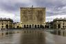 В 12-этажном Доме правительства на площади Свободы нет никакого правительства уже больше 20 лет. В сентябре 1993 года грузинские военные штурмовали Сухуми, однако в ходе боев им пришлось отступить к зданию парламента. После двухчасового сражения Дом правительства полностью выгорел, а сотрудников прогрузинского правительства Абхазии абхазы расстреляли без суда.
