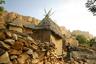 Раннее утро в Сонго. Здесь, на юго-востоке Мали, живут догоны. Этот народ проживает компактно, добраться к ним не так просто. На снимке дом местной жительницы, семья которой приютила фотографа на ночь. Женщина отправляется за водой.