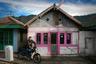 Раннее утро в Чеморо Лаванг — живописной деревушке на Яве. Это ближайший населенный пункт к вулкану Бромо. А еще, говорят, здесь самые красивые в Индонезии рассветы.