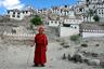 А вот одна из обитательниц буддийского монастыря Тикси на фоне собственно монастыря. Комплекс зданий находится в верховьях Инда, на высоте 3600 метров над уровнем моря.