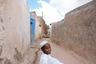 «Следуйте за гидом!» — маленький житель Харэра показывает фотографу улочки старого города. Хорошо, что днем — говорят, ночью по улицам города спокойно расхаживают стаи гиен.