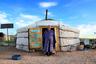 Вот так выглядит настоящая монгольская юрта в пустыне Гоби. В таких жилищах кочевники укрываются и от холода, и от дождя. Удобство переносного дома в том, что он собирается и разбирается за час.