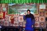А это Тибет, город Гьянце. Местная жительница позирует на фоне изображения Лхасы.