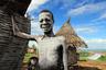 Вот так выглядит типовое жилье в эфиопской долине Омо. Долина названа в честь реки, рядом с которой в основном и живут местные племена. В долине их более 16 — на снимке мальчик племени каро.