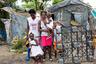 «Это ад на земле», — описывает работу на свалке Шанглер Аристид. Он зарабатывает на жизнь тем, что собирает мусор и продает его, с 1994 года. Раньше он думал, что сможет на этом разбогатеть. На скопленные деньги он купил двух свиней и построил дом из гофрированной стали рядом со свалкой. Там он живет со своей женой и тремя детьми.