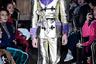 Модный дом Gucci любезно обвернул своих гусаров в кислоту и золото. Судя по выражению лица, роль далась парню не слишком просто.
