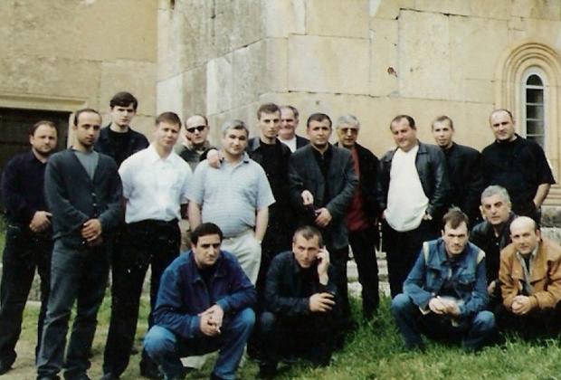 Владимир Вагин (Вагон) — в центре, в окружении воров в законе. Апрель 2002 года, Кутаиси, Грузия