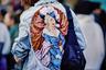 Гостья галереи моды пришла на показ Gucci в джинсовой куртке с изображением дамы Галантного века. Где, как не в Париже, носить подобную одежду? Главное, не шутить про хлеб и пирожные, ведь Галантный век завершился в Париже отсечением головы Марии-Антуанетты и ее супруга Людовика XVI.