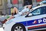 В дни Недели моды красивым женщинам в Париже можно все. Вот модель Тедди Квинливан решила воспользоваться этим и прилегла на полицейский автомобиль. Что сказали полицейские о ее зеркальном пальто и сапожках, осталось неизвестным.