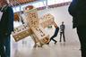 Венская галерея Michaela Stock порадовала зрителей интерактивной скульптурой Александра Вишио, который с ее помощью показывал шесть способов найти себе занятие на всю неделю. Скульптуру можно перекатывать с места на место и бесчисленным количеством способов ползать на ней и внутри нее. Обычно Александр делает свои скульптуры поменьше, но для ярмарки было решено не ограничивать себя.