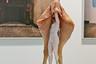 Художница Катарина Бонд упражнялась с идеями женского и куриного, примеряя на себя роль курицы. Галерея Reinthaler продавала ее скульптуры недорого — за пять тысяч евро. <br><br> «Моя работа связана с привычными паттернами восприятия, особенно меня волнуют нормы или то, что ими названо в обществе, а еще больше — иерархии и вопрос, кто кому подчиняется и по какой причине», — объясняет Катарина появление куриной темы.